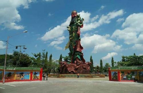 Patung raksasa panglima perang Kwan Sing Tee Koen (Foto:  JejakTapak)