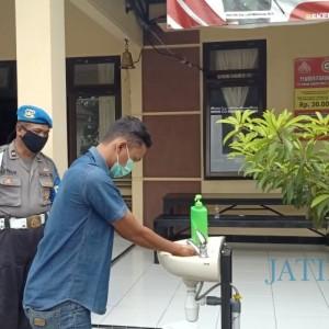 Cegah Covid-19, Polsek Slahung Sediakan Handsanitizer dan Wajib Bermasker Bagi Pengunjung