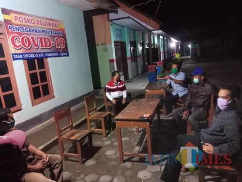 Warga berjaga di Posko Covid-19 Desa Sidorejo, Kec Ponggok, Kabupaten Blitar