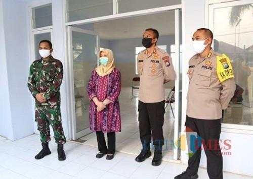 Bupati Kediri Hj Haryanti Sutrisno meninjau tempat observasi bagi para pendatang dari luar daerah. (eko Arif s /JatimTimes)