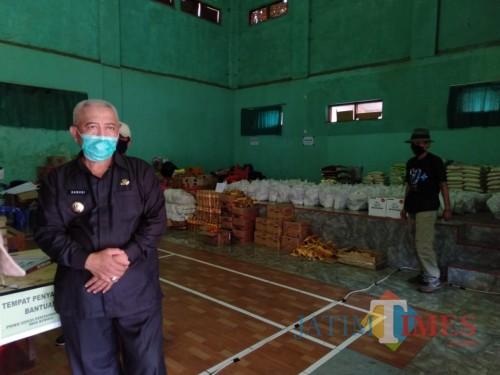 Bupati Malang, HM Sanusi (depan, paling kiri) saat meninjau pendistribusian bantuan sembako terhadap warga yang terdampak akibat wabah covid-19