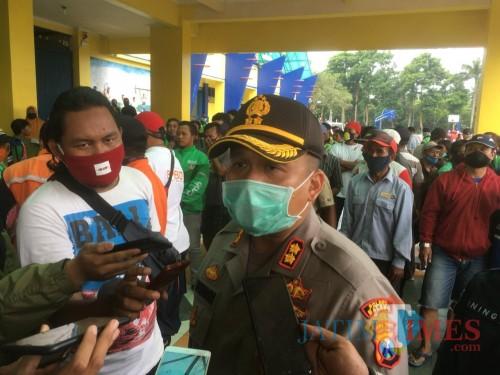 Kapolres Malang, AKBP Hendri Umar saat merilis 10 pemuda yang terduga terlibat dalam aksi vandalisme yang mengarah ke pergerakan anarko 18 April 2020 (Foto : Ashaq Lupito / MalangTIMES)