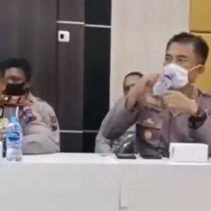 Momen Lucu Polisi  Minum Air Mineral saat Masih Kenakan Masker