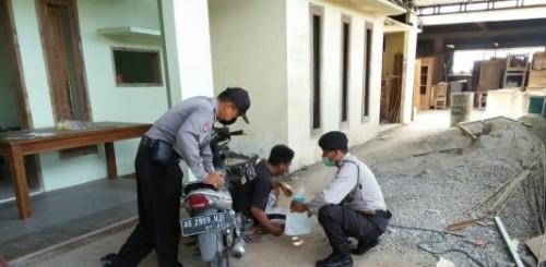 Polsek Geger saat mengamankan salah satu warga Kabupaten Madiun. (Foto:Istimewa)