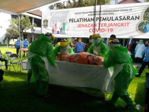Sosialisasi Proses pemulasaraan jenazah Covid 19 di Halaman Pemkab Lumajang (Foto : Moch. R. Abdul Fatah / Jatim TIMES)