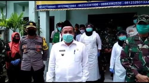 Sosok Wakil Bupati Pasuruan, KH. Mujib Imron yang tengah viral saat salah menyebut masker menjadi banser. (Foto: Screenshots video viral)