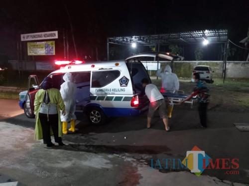 Petugas kesehatan menjemput pasien Covid-19 asal Kesamben