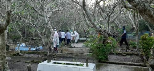 Proses pemakaman warga meninggal diduga terpapar covid-19 di Jombang. (Istimewa)