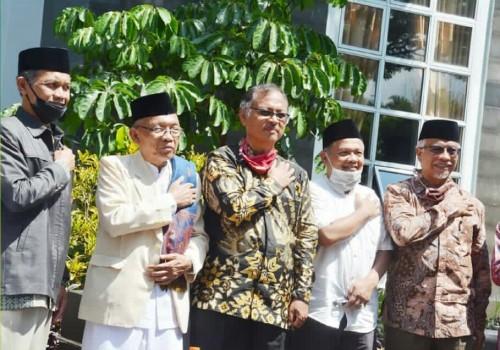 Foto bersama usai diskusi dan berjemur memperingati HUT MSSA ke-19. (Foto: Humas)