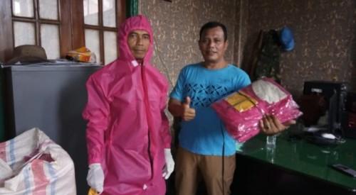 Kepala UPT PPU, Takroni Akbar (kanan) dan juga petugas UPT PPU yang mengenakan pakaian APD bantuan dari Pemkot (Ist)