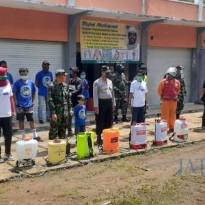 Tim Malang Basmi Corona Lakukan Penyemprotan Disinfektan di Wilayah Sumbermanjing Wetan