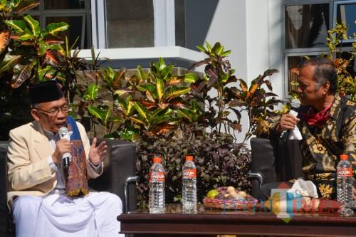 (dari kiri) Pelaku Sejarah Berdirinya Ma'had Al Aly UIN Malang KH Drs Chamzawi MAg dan Rektor UIN Malang Prof Dr Abdul Haris MAg. (Foto: Puput for MalangTIMES)