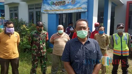 Pemdes Papar Bagikan Ribuan Masker dan Rutin Penyemprotan Disinfektan. (Foto: Bambang Setioko/JatimTIMES)