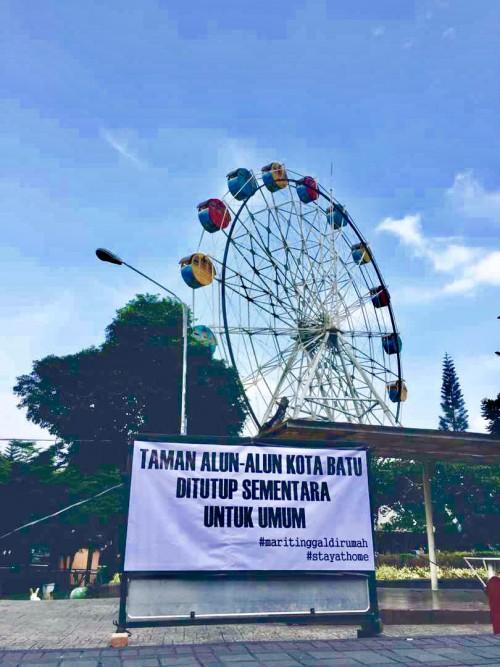 Informasi bertuliskan taman ditutup sementara untuk umum di Alun-Alun Kota Batu. (Foto: Istimewa)