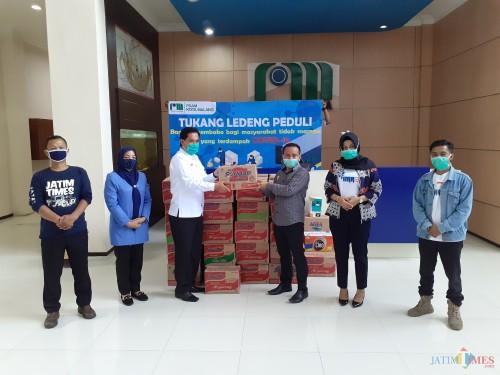 Penyaluran bantuan sembako dari Perumda Tugu Tirta Kota Malang bagi warga terdampak covid-19. (Arifina Cahyanti Firdausi/MalangTIMES)