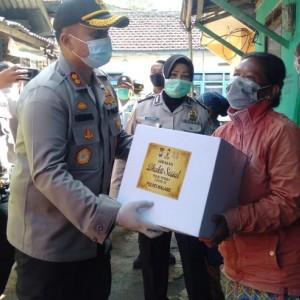 Polres Malang Gelontorkan 5 Ribu Paket Sembako, Ada Kisah Mengharukan di Dalamnya