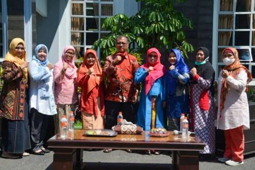 Rektor UIN Malang, Prof Dr Abdul Haris MAg bersama para Kartini UIN Malang. (Foto: Humas)