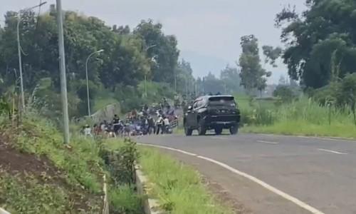 Suasana saat petugas Polres Batu membubarkan aksi persiapan balap liar di Jalibar Desa Oro-Oro Ombo, Kecamatan Batu, Selasa (21/4/2020). (Foto: screenshot video)