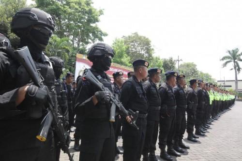 Anggota kepolisian Polres Malang yang disiagakan untuk mengamankan pelaku kejahatan saat momen covid-19
