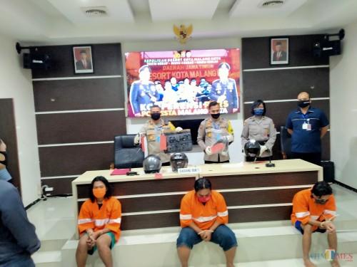 Tiga pelaku vandalisme anarko yang dirilis di Polresta Malang Kota. (Anggara Sudiongko/MalangTIMES)