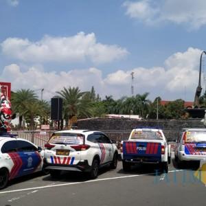 Cegah Covid-19, Polres Blitar Pasang Stiker di Mobil Patroli