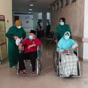 Mengharukan, Pasien Sembuh Covid-19 Dilepas bak Tamu Kehormatan