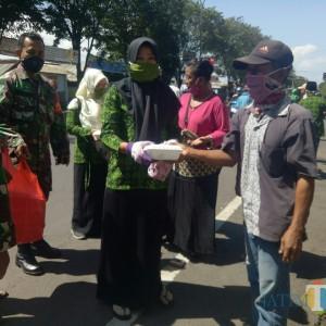 Masuk Kampung, Muslimat NU Kedungjajang Bagi Masker dan Nasi Bungkus