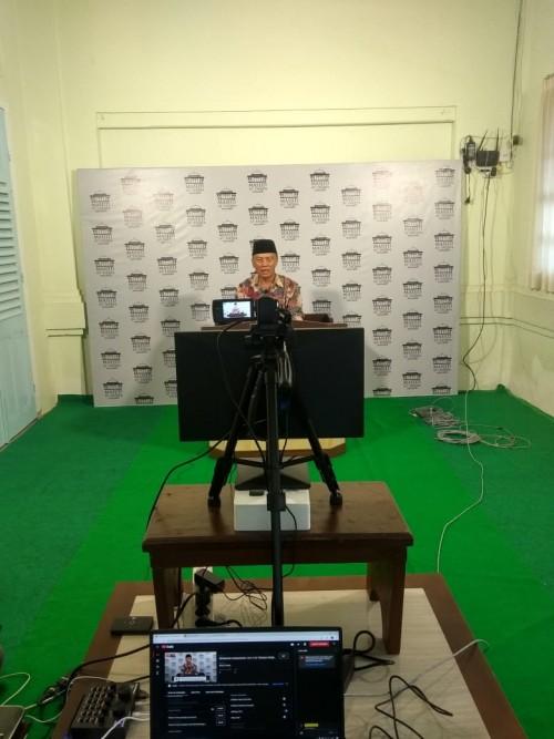 Drs. H. Abdul Manaf, M.Pd Ketua Pimpinan Daerah Muhammadiyah Kota Batu saat sedang mengisi kajian Live Streaming (Fajrin/PWMU.CO)