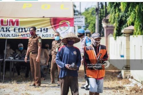Personel Polres Madiun bersama eks napi dalam kegiatan bagi-bagi nasi. (foto istimewa)