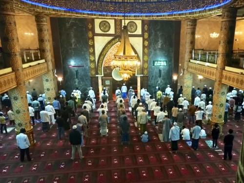 Para jamaah saat melaksanakan salat tarawih dengan jarak satu meter diMasjid An-Nur Kota Batu. (Foto: istimewa)