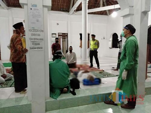 Petugas medis dan kepolisian mendatangi lokasi jamaah salat tarweh yang meninggal di masjid / Foto : Dokpol / Tulungagung TIMES