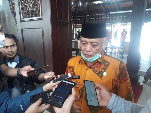 Bupati Malang H.M. Sanusi saat dikonfirmasi pewarta disela-sela agenda di Pendopo Agung Kepanjen. (Foto: Tubagus Achmad/MalangTimes)