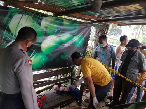 Proses olah TKP penemuan mayat bayi terbungkus ransel di Desa Gambiran, Kecamatan Mojoagung, Jombang. (Istimewa)