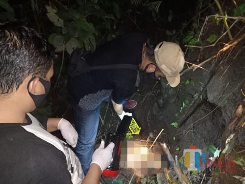 Petugas saat melakukan identifikasi penemuan mayat di RPH Slamparejo, Jabung. (Foto : Polsek Jabung for MalangTIMES)