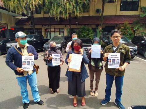 Aktivis Kamisan yang mendatangi Polresta Malang Kota guna memberikan surat terbuka. (Anggara Sudiongko/MalangTIMES)