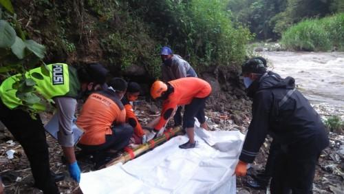 Petugas saat berupaya mengevakuasi jenasah Sadani yang ditemukan meninggal di Sungai Brantas (Foto : Istimewa)