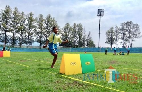 Salah satu siswa yang sedang mengikuti lomba atletik di Stadion Brantas, Kamis (22/2/2018). (Foto: Irsya Richa/MalangTIMES)