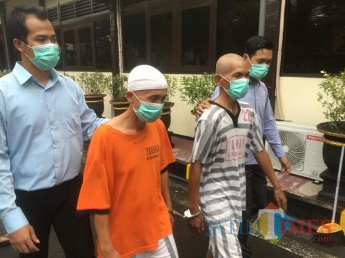 Dua tersangka pembuat obat ilegal saat digelandang ke ruang penyidikan Satreskrim Polres Malang (Foto : Ashaq Lupito / MalangTIMES)