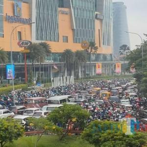 Hari Pertama PSBB Surabaya Raya Macet Parah, Warga Masih Acuh Tak Acuh
