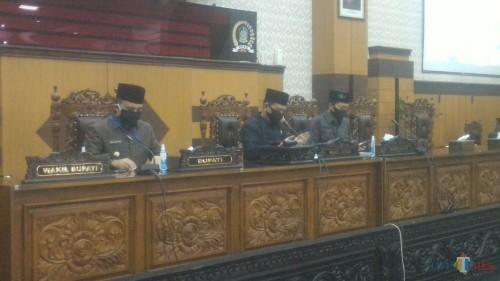 Ruliyono, Wakil Ketua DPRD Banyuwangi (tengah) Saat Memimpin Rapat Paripurna DPRD Banyuwangi Di Ruang Rapat Utama Gedung DPRD Banyuwangi Nurhadi Banyuwangi Jatim Times