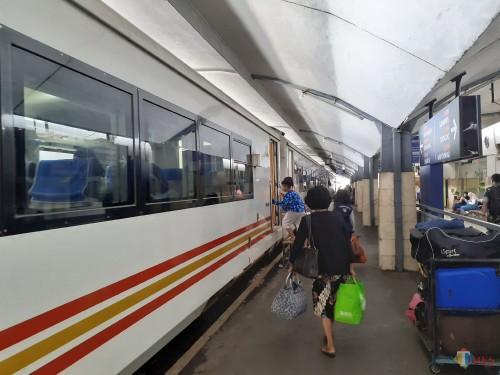 Aktivitas lalu lalang pengguna transportasi kereta api di Stasiun Malang. (Arifina Cahyanti Firdausi/MalangTIMES)