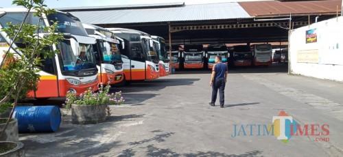 Ratusan bis Harapan Jaya terparkir di garasinya di jalan MT Haryono (Joko Pramono for Jatim TIMES)