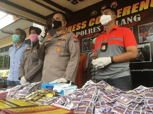 Kapolres Malang AKBP Hendri Umar (pegang mikrofon) saat sesi rilis obat tanpa izin resmi di halaman loby Mapolres Malang (Foto: Ashaq Lupito / MalangTIMES)