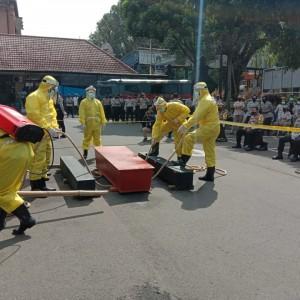 6 Polisi Pakai APD Lengkap, Evakuasi Jenazah Pasien Covid-19 di Halaman Mapolresta Malang