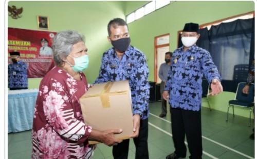 Walikota Madiun menyerahkan bantuan paket sembako kepada warga Taman