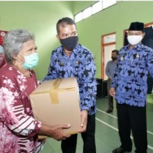 Walikota Madiun Serahkan 2550 Paket Sembako kepada Warga Taman Madiun.