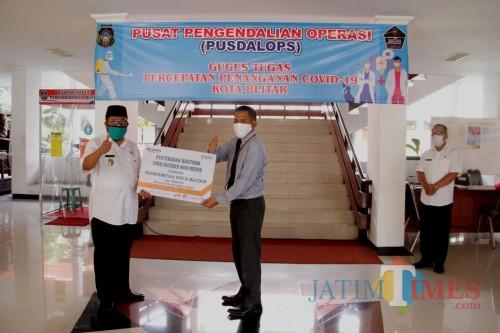 Plt Wali Kota Blitar Santoso menerima sumbangan masker dari Bank BNI (Foto: Aunur Rofiq/BlitarTIMES)