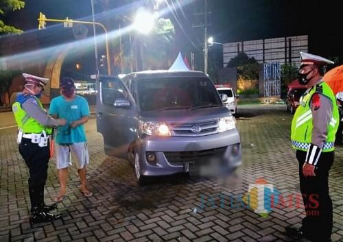 Petugas Check Point Batas Kota Adi Putro saat memeriksa kendaraan dari luar Malang (Doc MalangTIMES)