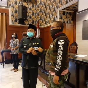 Wali Kota Sutiaji Salurkan Ribuan Paket Bansos ke Warga Terdampak Covid-19