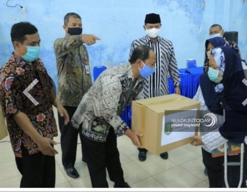 """Foto istimewa """"pemerintah kota saat memyerahkan paket sembako di kelurahan kanigoro"""